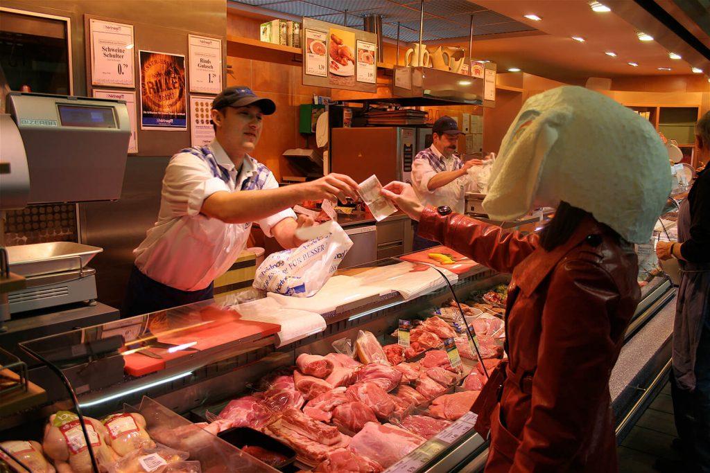 """Szene aus der Performance """"Schaf und Esel"""" – beim Fleischkauf"""