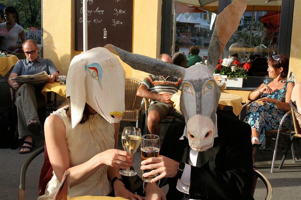 """Szene aus der Performance """"Schaf und Esel"""" – in der Bar"""
